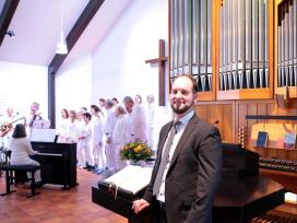 Der neue Pfarrer freut sich über die Gospelmusik